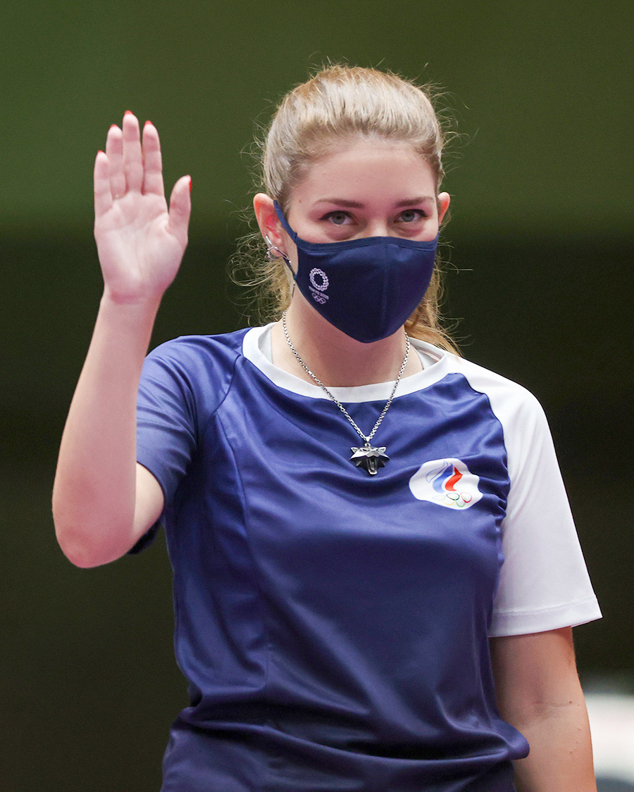 Medalhista de ouro Vitalina Batsarashkina, do ROC, após vencer na categoria pistola de ar 25 metros nos Jogos Olímpicos de Tóquio, em 30 de julho de 2021
