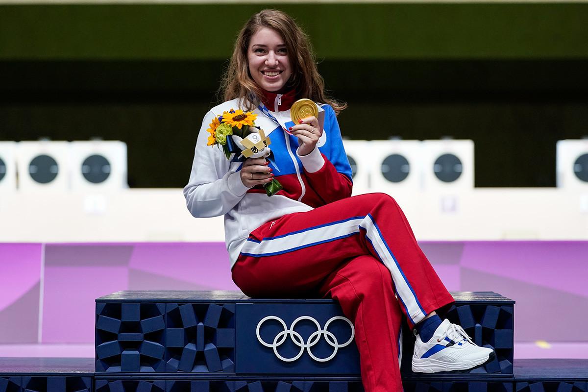 Medalhista de ouro Vitalina Batsarashkina, do Comitê Olímpico Russo (ROC), celebrando após vitória na competição de pistola de ar 25 metros no Campo de Tiro de Asaka, nos Jogos Olímpicos de Tóquio, em 30 de julho de 2021