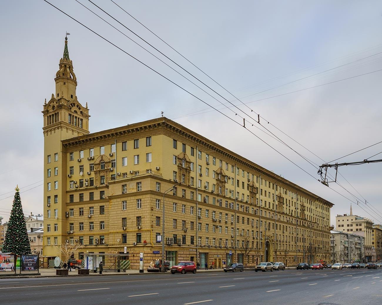 Il palazzo con la torretta in piazza Smolenskaja