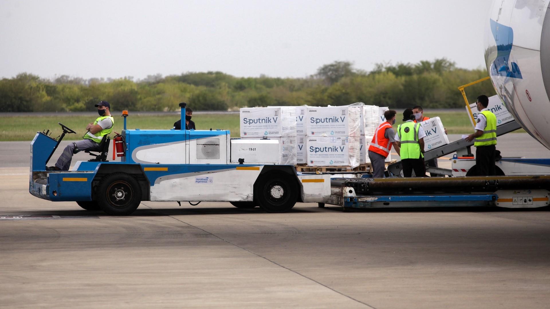 Livraison d'un lot de vaccins Spoutnik V à Buenos Aires, Argentine, le 22 mars 2021