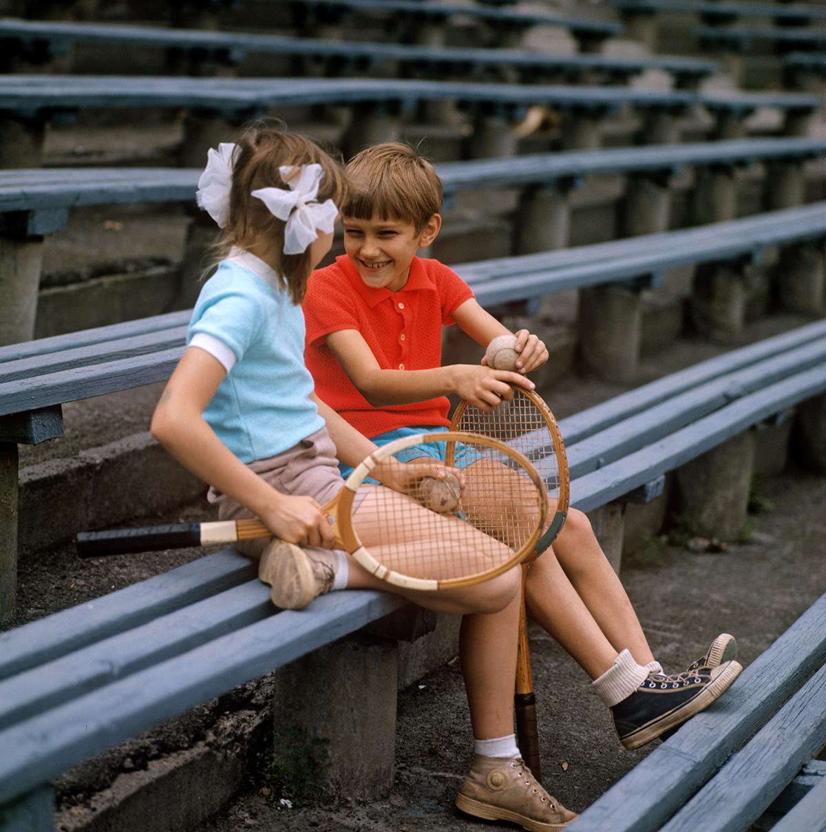 Dua siswa sekolah tenis anak-anak di Istana Olahraga Lokomotiv di Ukraina Soviet.