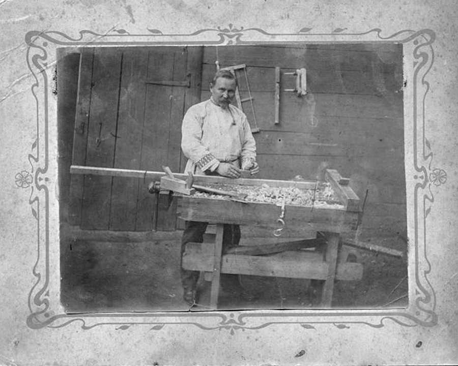 Seorang tukang kayu Rusia pada akhir abad ke-19.