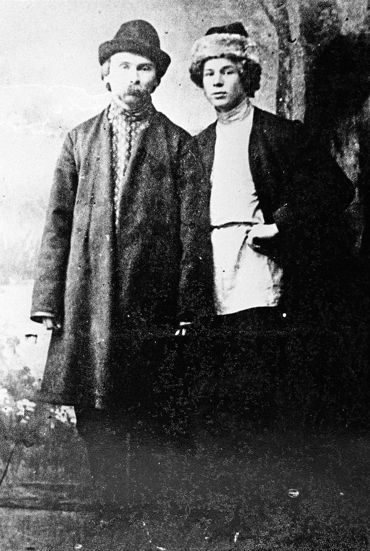'Petani penyair' Nikolai Klyuev dan Sergei Yesenin (kanan) di Petrograd (sekarang Sankt Peterburg), 1915.