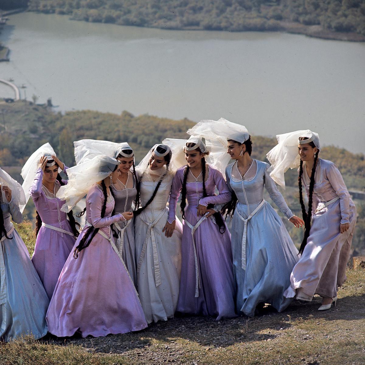 Para penyanyi solo dari Ensemble Lagu dan Tarian Daerah Terhormat Negara RSS Georgia.