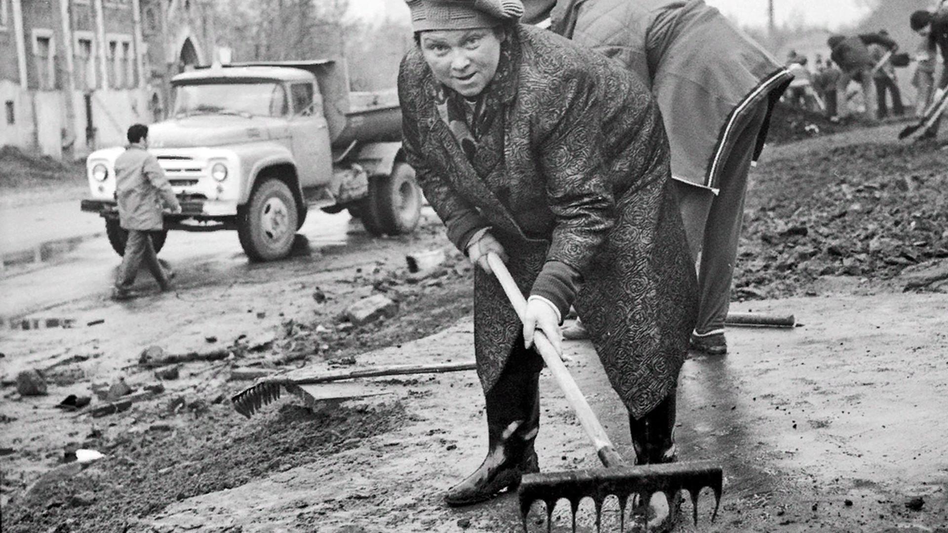 Mahasiswa dan dosen universitas Moskow melakukan subbotnik, 1975.