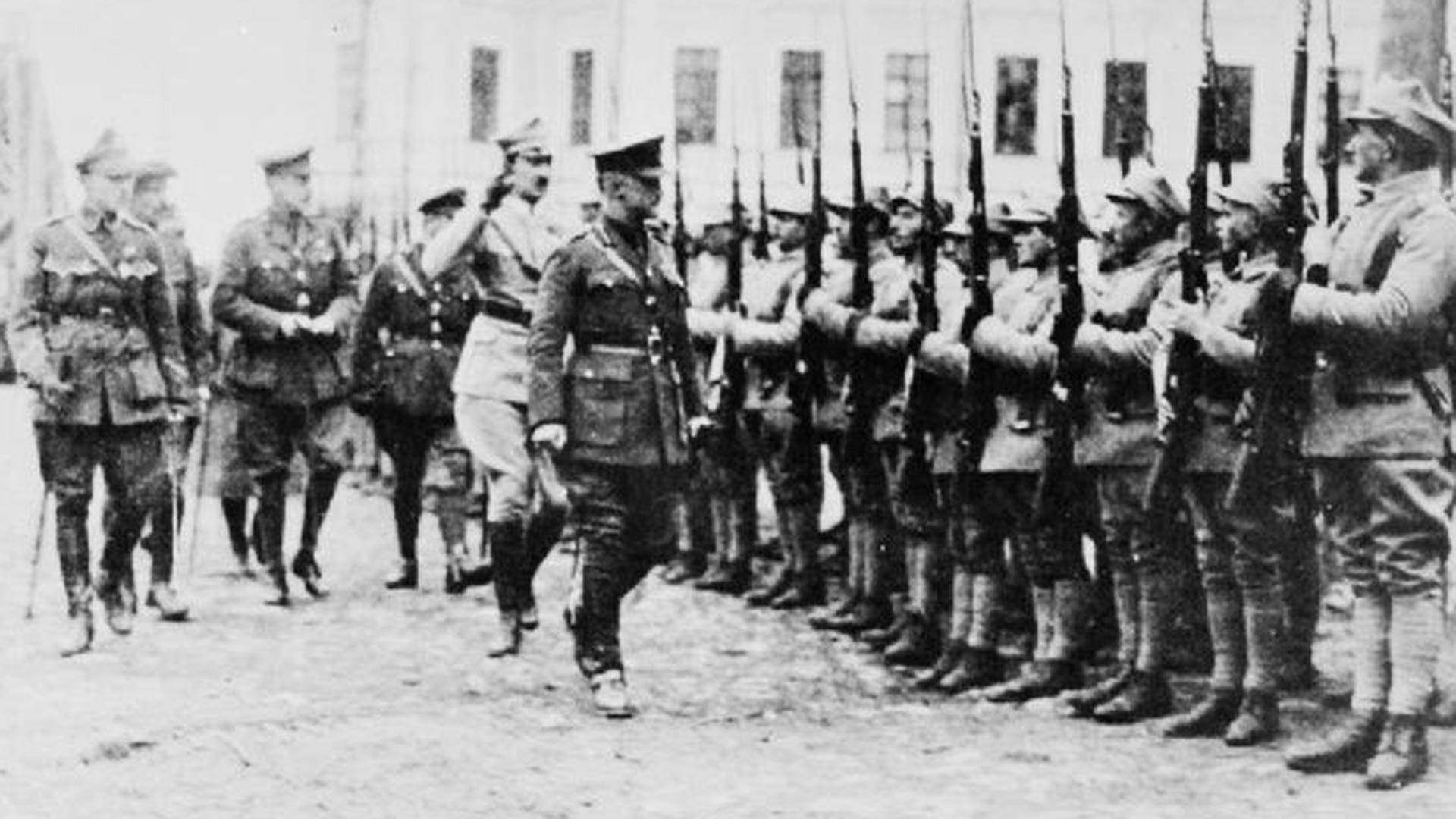 Perwira Polandia, Inggris, dan Prancis memeriksa detasemen pasukan Polandia yang disebut Batalion Murmansk sebelum keberangkatan mereka ke garis depan, Arkhangelsk, 1919.