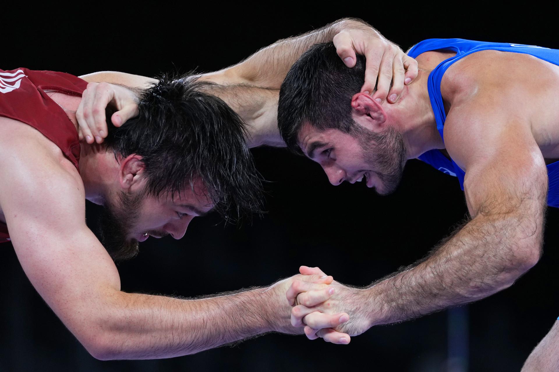 Artur Naifonov (kanan) bertarung dengan Javrail Shapiev dari Uzbekistan selama pertandingan perebutan medali perunggu dalam cabang olahraga gulat gaya bebas 86 kilogram putra di Olimpiade Tokyo 2020, 5 Agustus 2021.