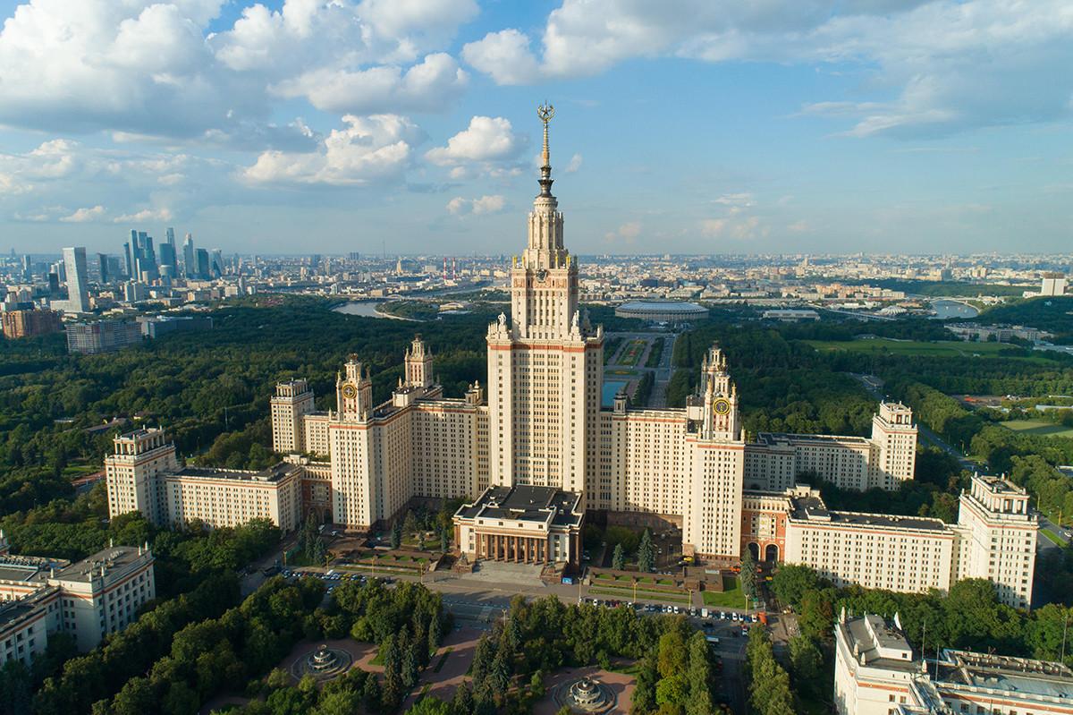 スターリン様式のモスクワ大学の本館