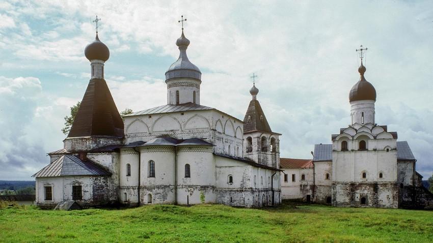 Ferapontov samostan, pogled na vzhod. Z leve: cerkev sv. Martinijana, katedrala rojstva Device Marije, zvonik, refektorij in cerkev Marijinega oznanjenja. 10. avgust 1995