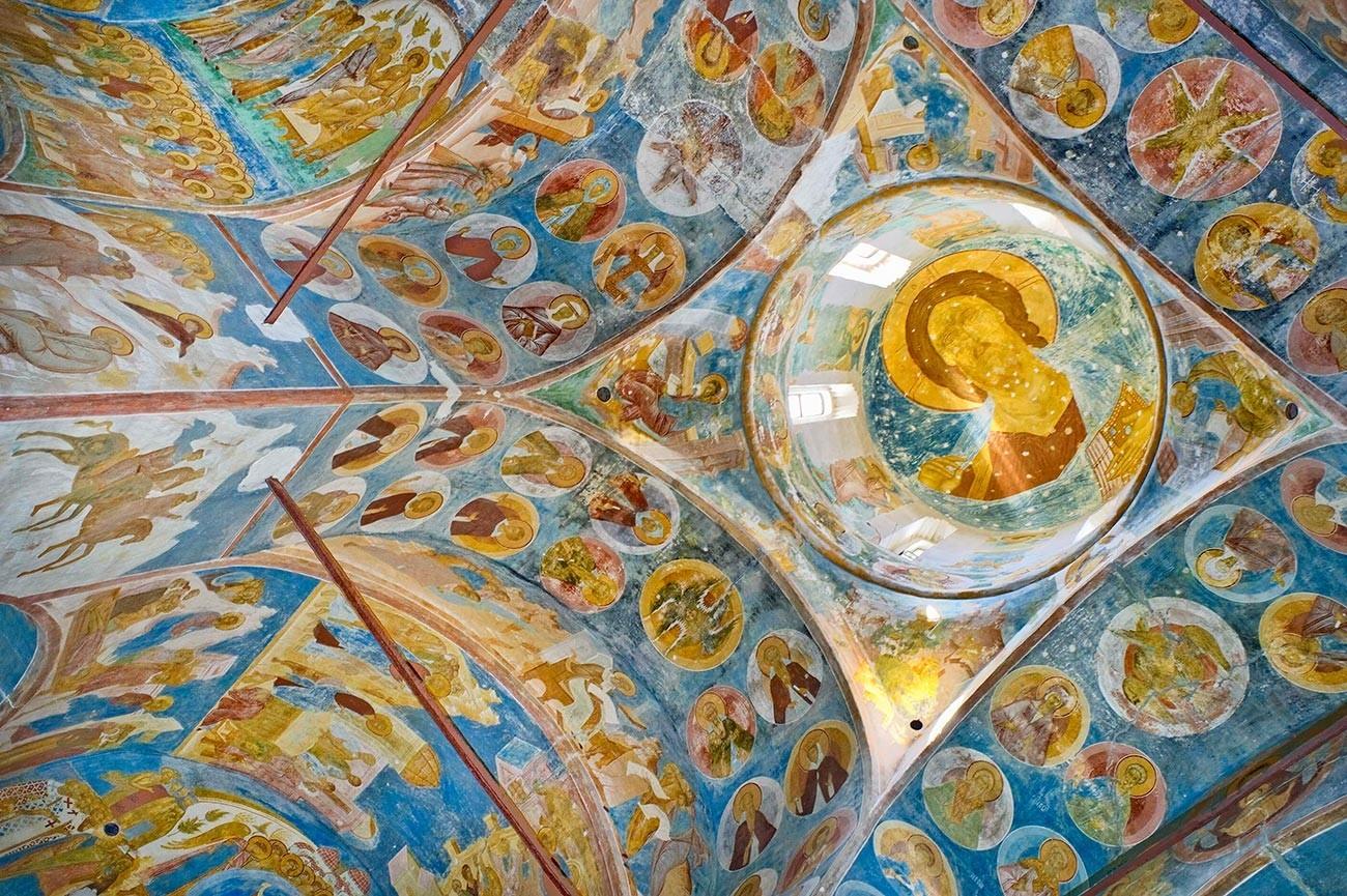 Katedrala rojstva Device Marije, pogled na freske. Kupola s podobo Kristusa Pantokratorja. Levo: severozahodni slop. Medaljoni prikazujejo redovnike, eremite, mučenike, svetnike. 1. junij 2014