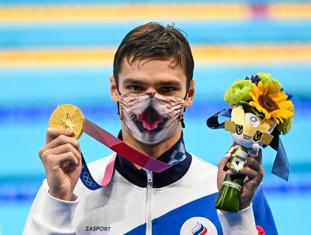 Евгений Рылов позирует с золотой медалью в финале мужского заплыва на 200 метров на спине