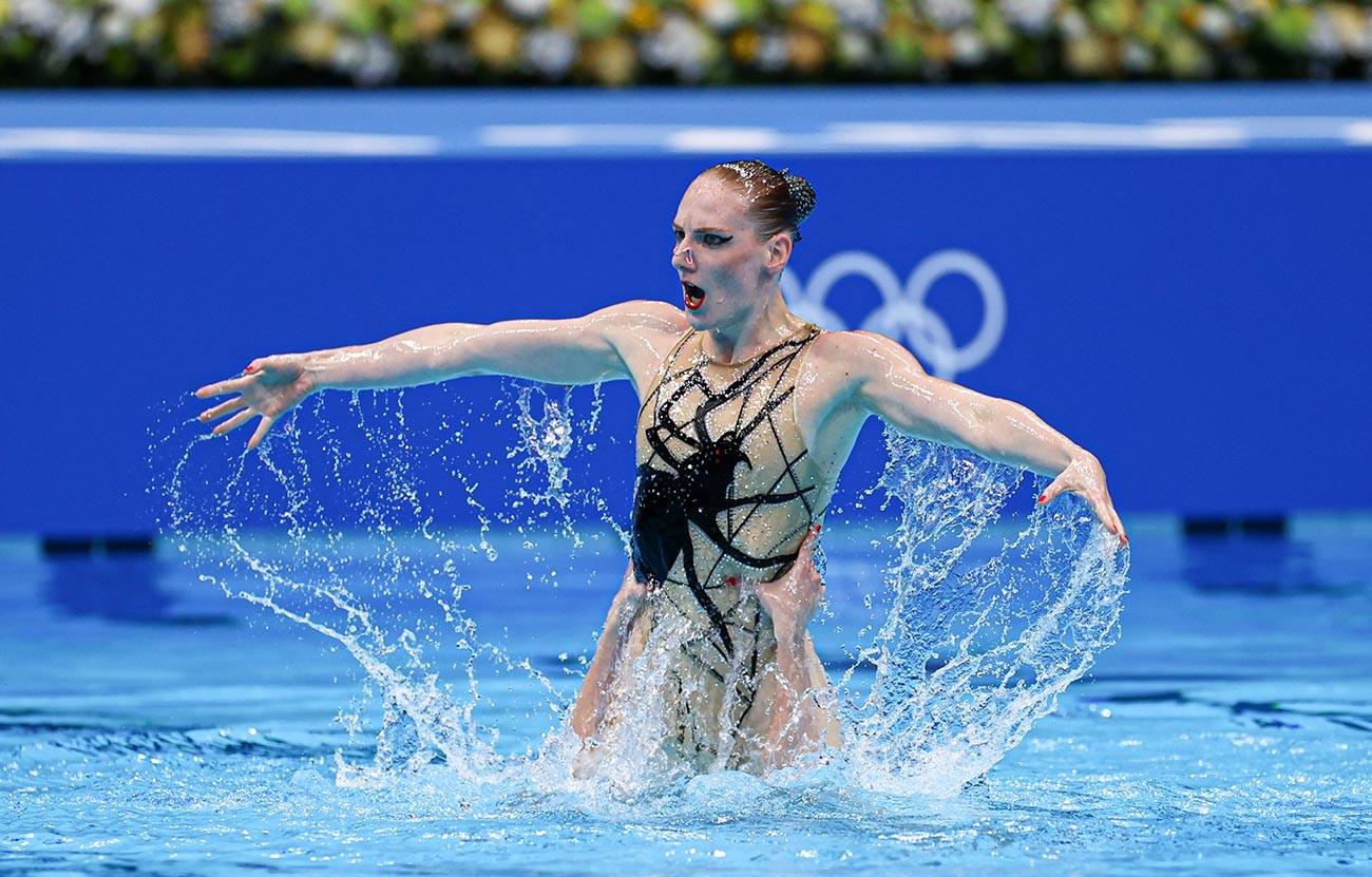 Светлана Ромашина и Светлана Колесниченко выступают в финале дуэта по спортивному плаванию вольным стилем в Токио