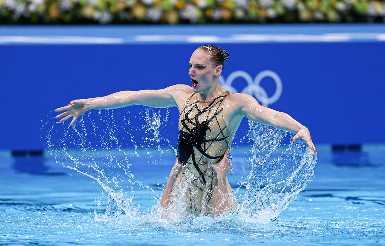 Svetlana Romashina and Svetlana Kolesnichenko of Team ROC compete in the Artistic Swimming Duet Free Routine Final on day twelve of the Tokyo 2020 Olympic Games at Tokyo Aquatics Centre on August 04, 2021 in Tokyo, Japan