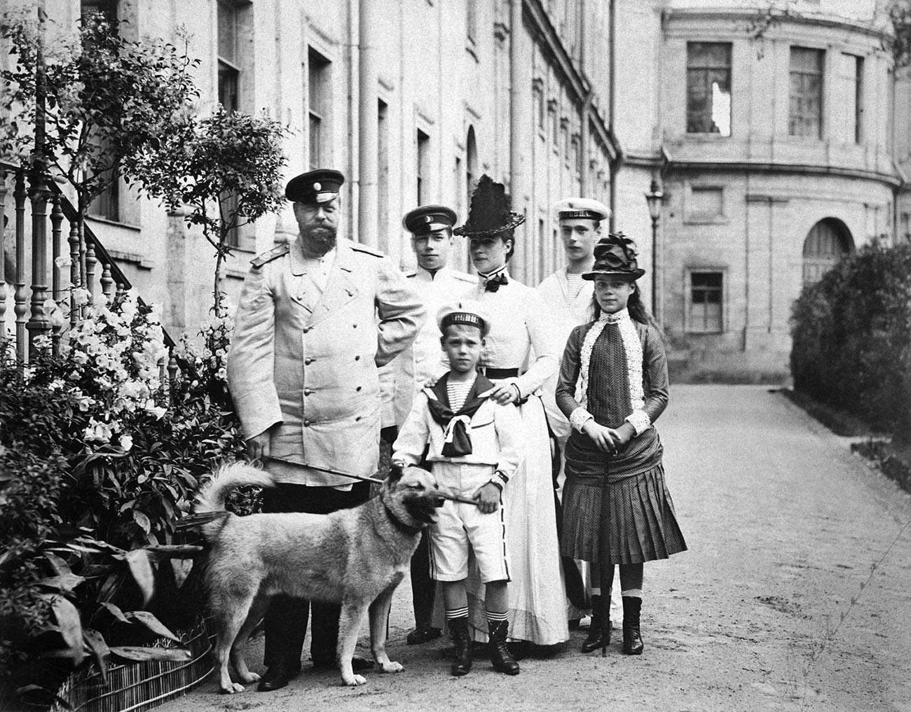 Император Александър III със семейството си (деца: Николай, Михаил, Георгий, Ксения), 1886 г.
