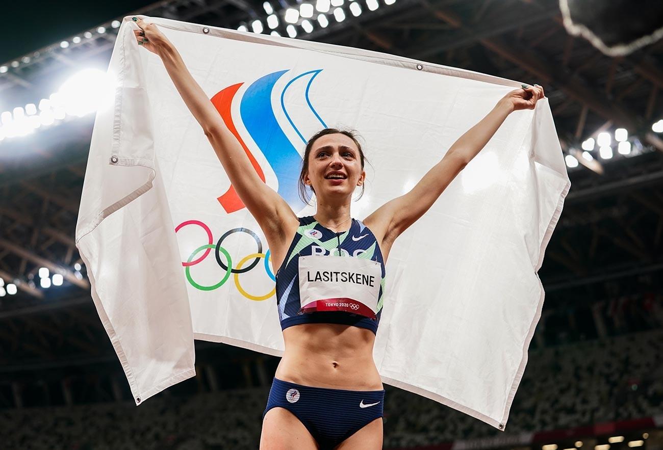 Mariya Lasitskene, do ROC, celebrando a conquista do ouro na prova feminina de salto em altura dos Jogos Olímpicos de Tóquio, em 7 de agosto de 2021