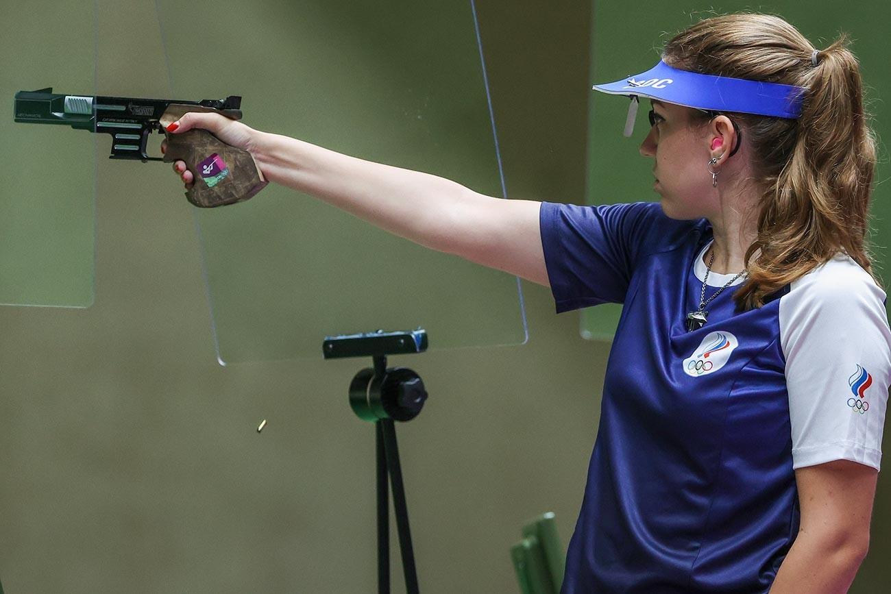 Medalhista de ouro Vitalina Batsarashkina competindo na final de tiro esportivo feminino, categoria pistola de ar 25 metros, dos Jogos Olímpicos de Tóquio, em 30 de julho de 2021