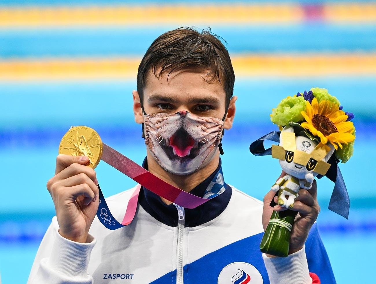 Evgeny Rylov, do Comitê Olímpico Russo, posando com medalha de ouro após final masculina nos 200m costas durante os Jogos Olímpicos de Tóquio, em 30 de julho de 2021