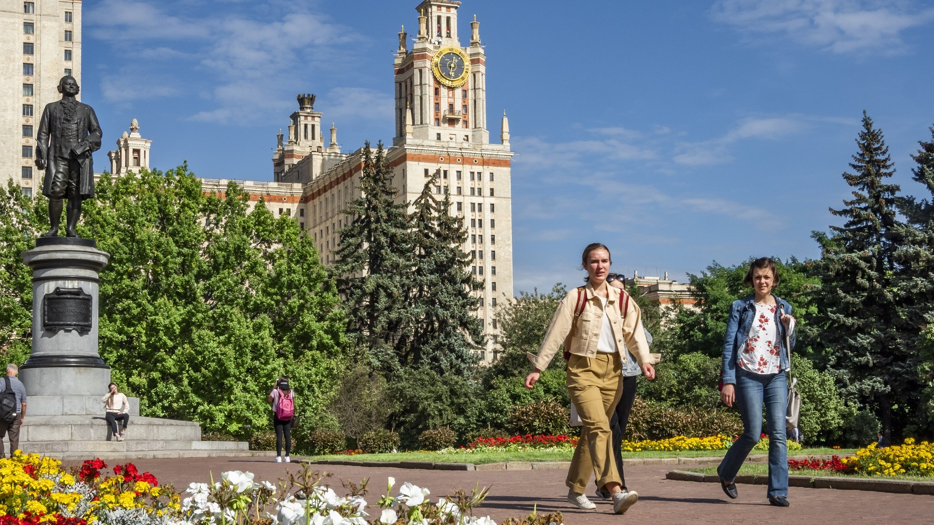Étudiantes devant l'Université d'État Lomonossov de Moscou