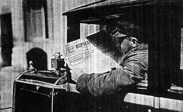 Chauffeur de taxi russe lisant