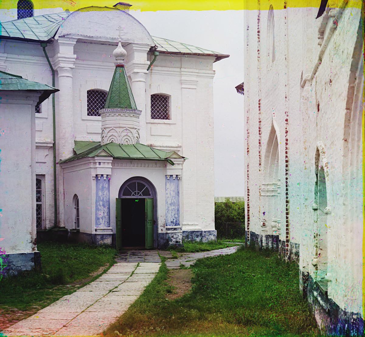 Monastère Saint-Cyrille-Belozersk. Église de Saint-Cyrille-Belozersk, façade ouest et entrée principale. Sur la droite : mur nord de l'église de l'archange Gabriel.