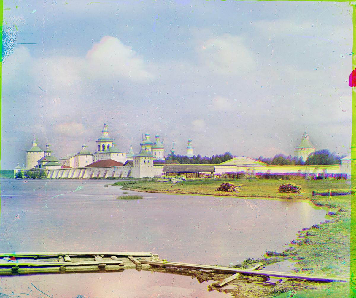 Monastère Saint-Cyrille-Belozersk, vue sud-est depuis le lac de Siversk. La cathédrale de la Dormition se trouve au centre, avec son dôme directement sur la tour carrée