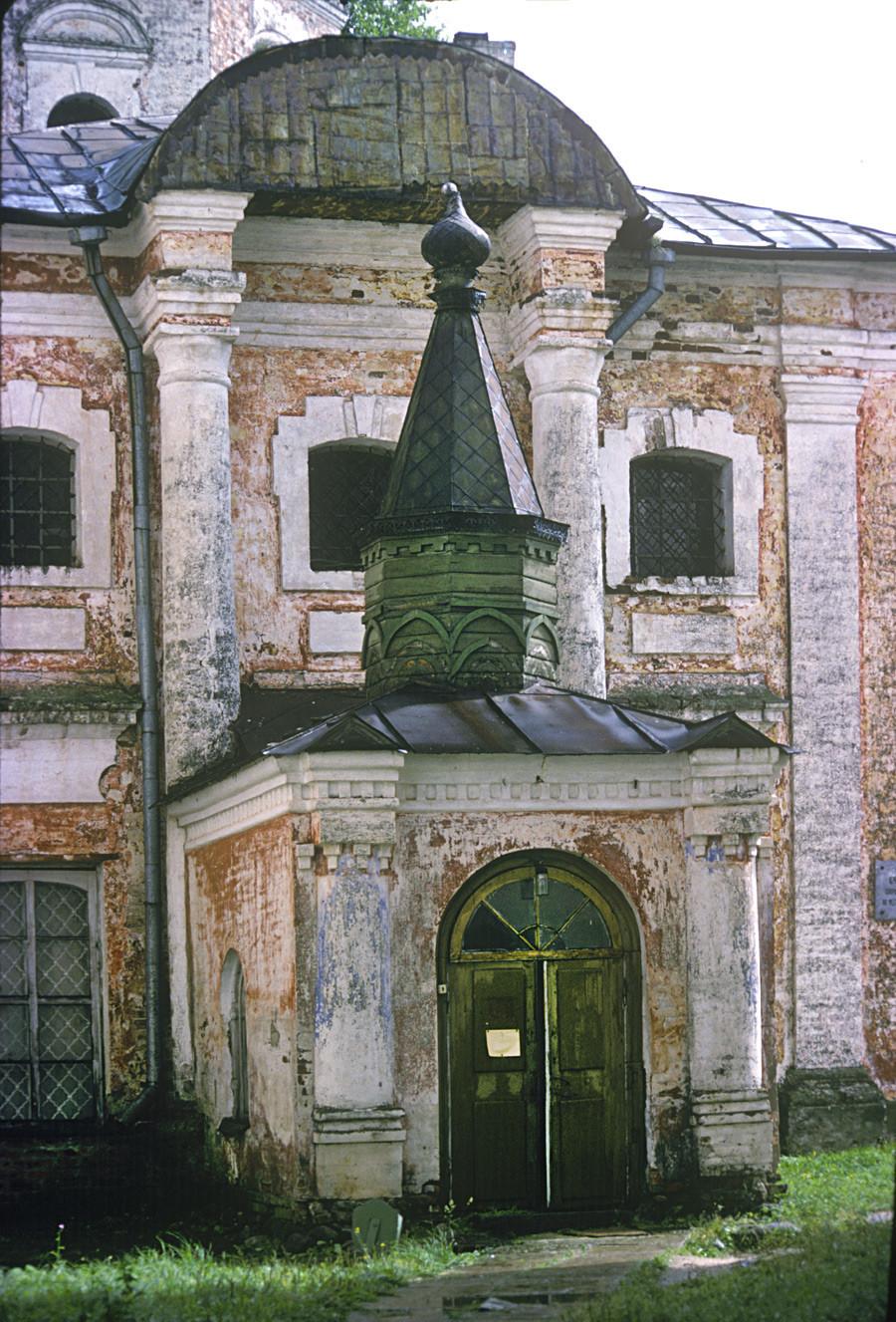 Monastère Saint-Cyrille-Belozersk. Église de Saint-Cyrille-Belozersk, façade ouest et entrée principale.