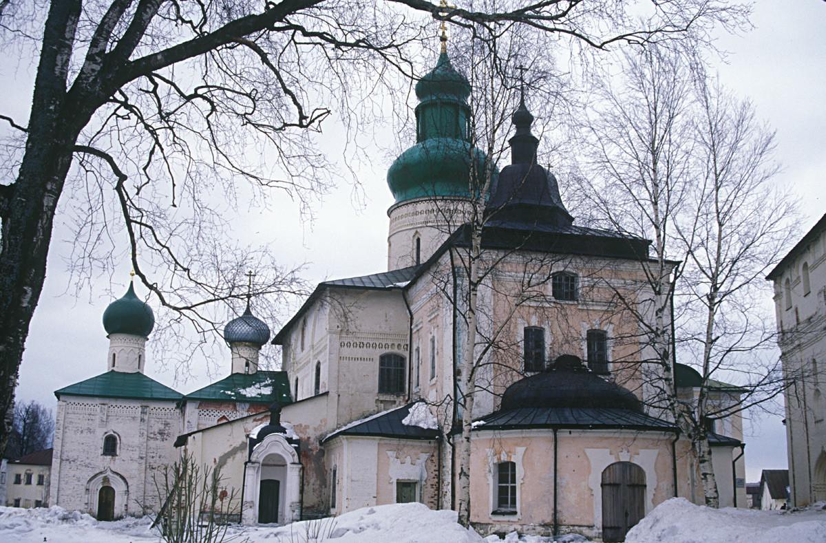 Monastère Saint-Cyrille-Belozersk. Ensemble de la cathédrale, vue ouest. De gauche à droite : Église de Saint Épiphane, église de Saint Vladimir et galerie nord, attachée à la cathédrale de la Dormition.