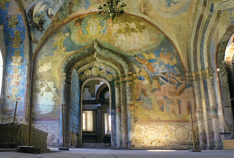 Monastère Saint-Cyrille-Belozersk, galerie nord attachée à la cathédrale de la Dormition. Mur Est avec son portail vers l'église de Saint Vladimir. Fresques de l'Apocalypse. Sur la droite : Chute de Babylone.