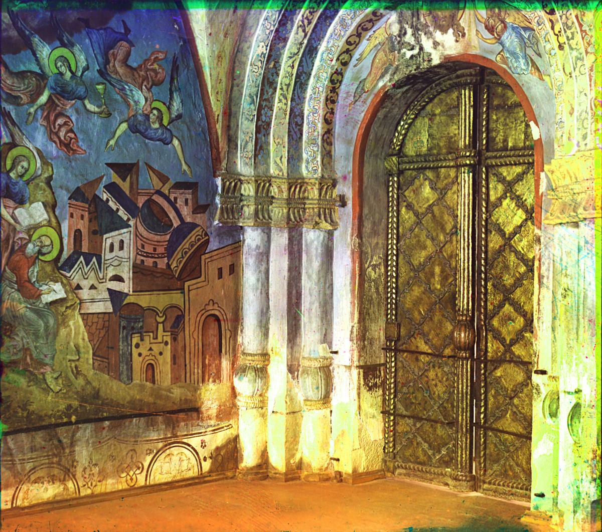 Monastère Saint-Cyrille-Belozersk, galerie nord attachée à la cathédrale de la Dormition. Angle nord-est avec portail nord vers la cathédrale. Fresques de l'Apocalypse : Chute de Babylone et Saint-Jean écrivant dans le Livre des Révélations.