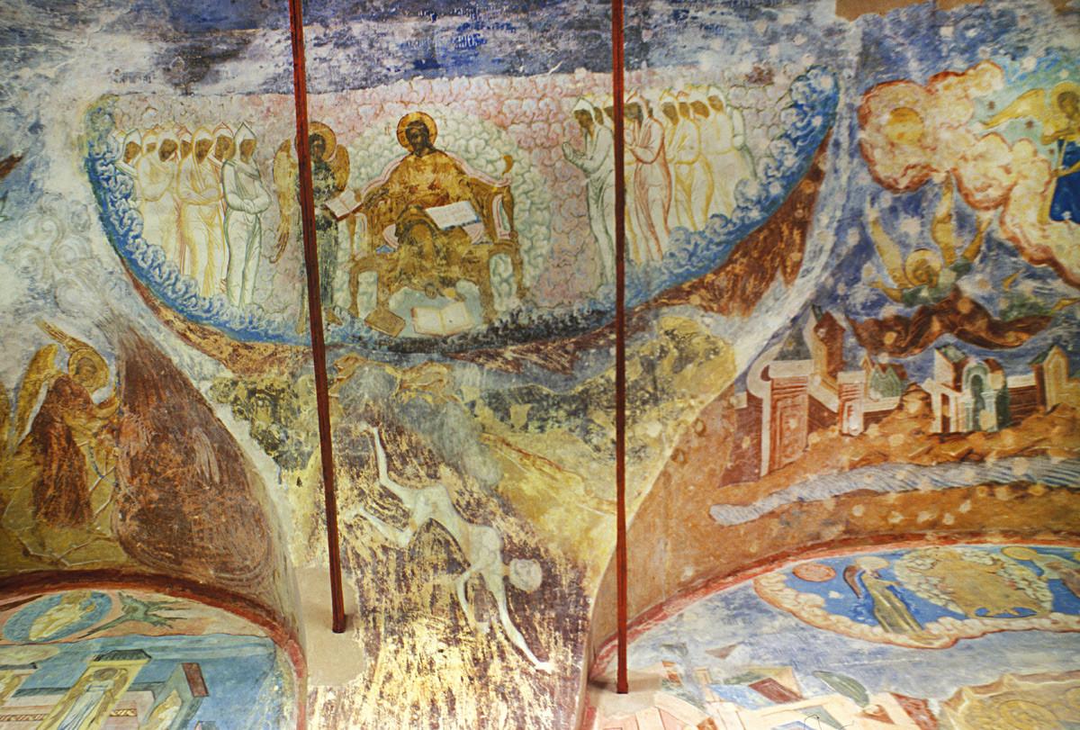 Monastère Saint-Cyrille-Belozersk. Cathédrale de la Dormition, galerie nord. Fresques de l'Apocalypse au plafond : le Christ trône avec les Justes alors que Satan est jeté dans une fosse depuis le paradis