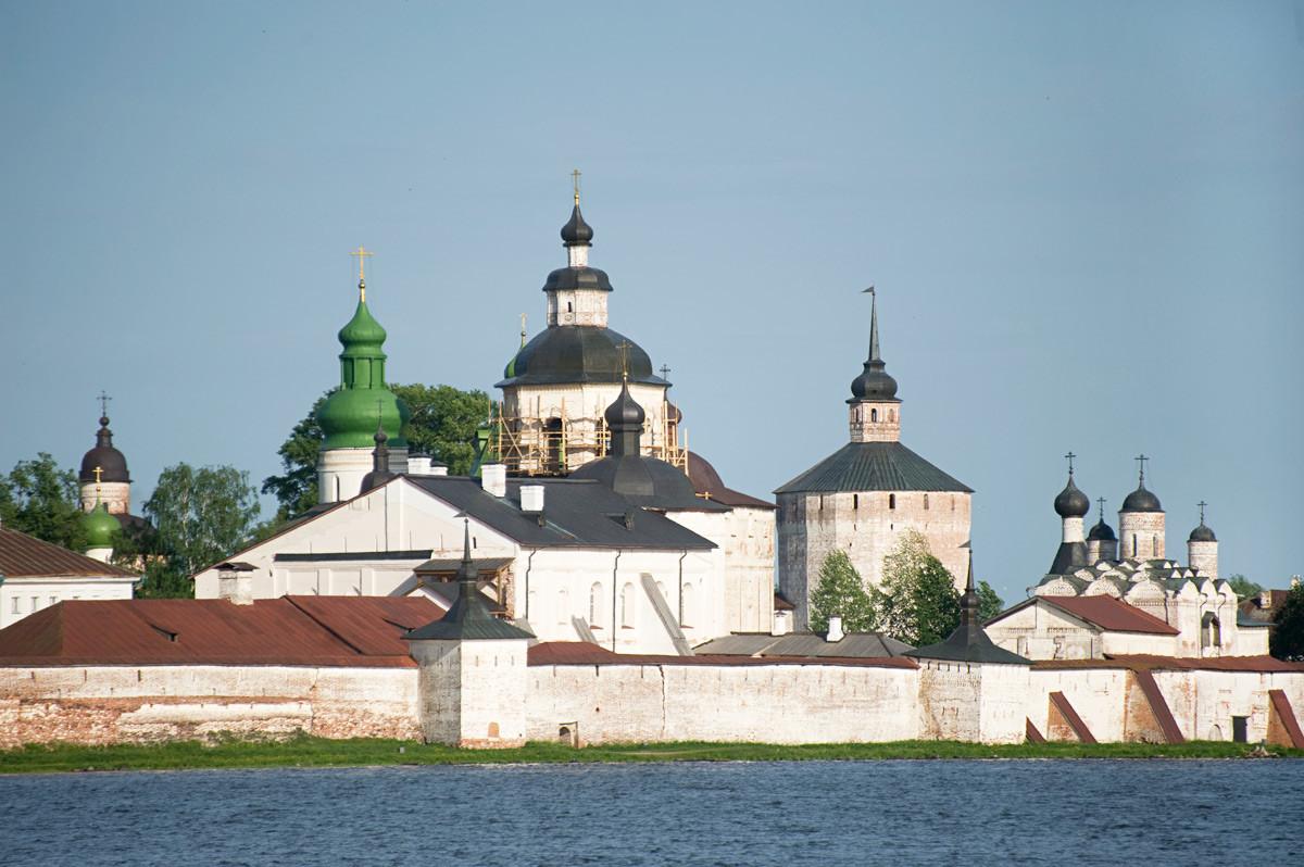 Monastère Saint-Cyrille-Belozersk, vue sud-est depuis le lac de Siversk. La cathédrale de la Dormition, avec son dôme vert, se trouve sur la gauche