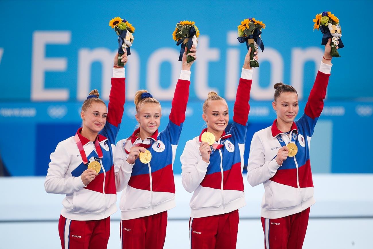 Pesenam tim Komite Olimpiade Rusia (ROC), (dari kiri) Vladislava Urazova, Viktoriia Listunova, Angelina Melnikova dan Liliia Akhaimova berpose dengan medali emas mereka di podium Olimpiade Tokyo 2020.