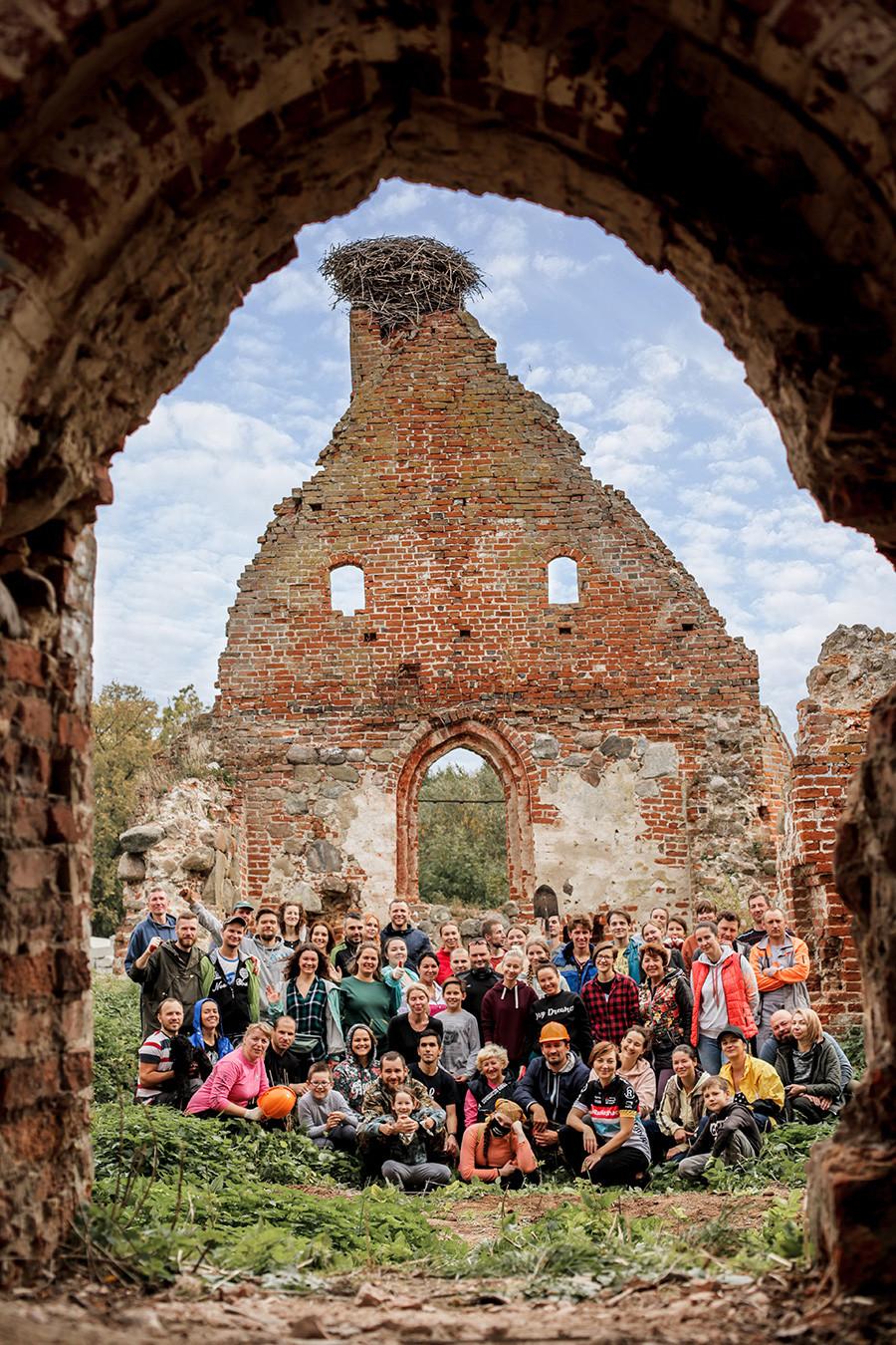 Des volontaires sur les ruines de l'église de Lichtenhagen à Iablonevka