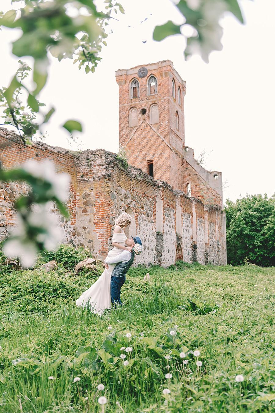 Mariage dans les ruines de l'église Sainte-Barbara à Povounden (Khrabrovo)
