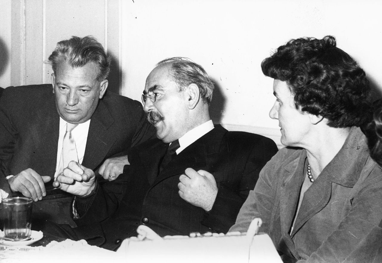 Имре Надь (в центре) в 1956 году.