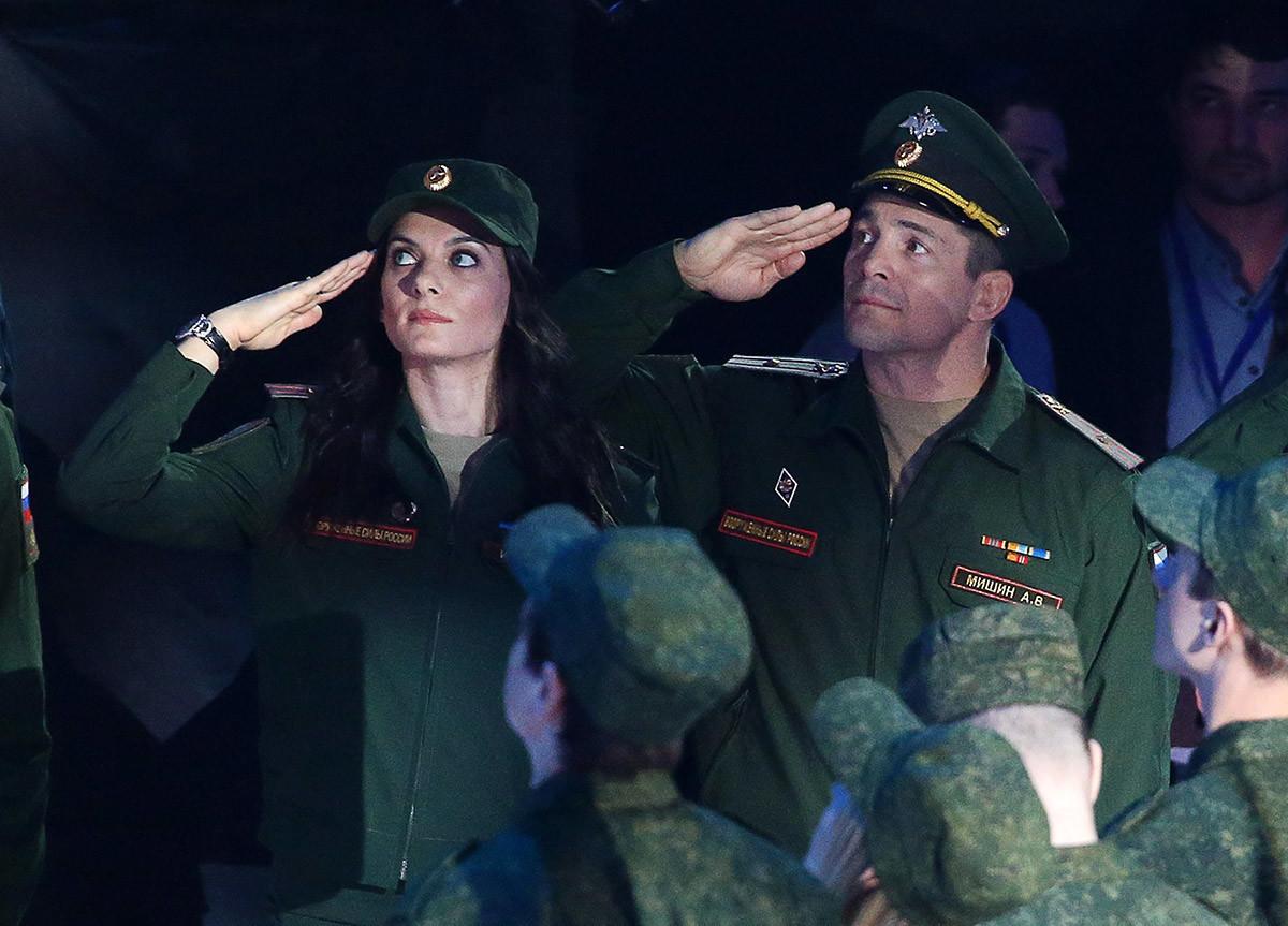 Major Elena Isinbaeva e campeão olímpico de luta greco-romana, major Alexei Mishin