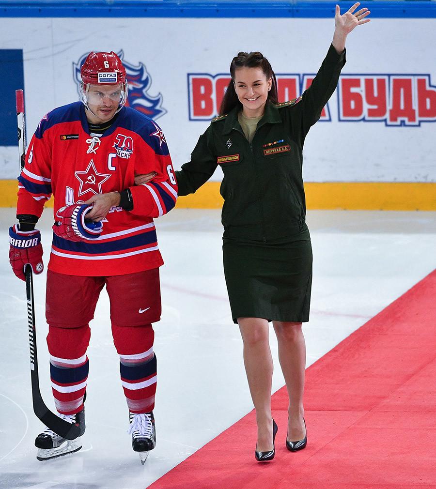 Jogador do CSKA Denis Denisov e campeã olímpica de esgrima Sofya Velikaya