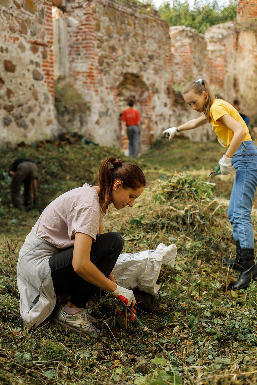 Volunteers working in the church of St. Barbara in Khrabrovo (former Powunden)