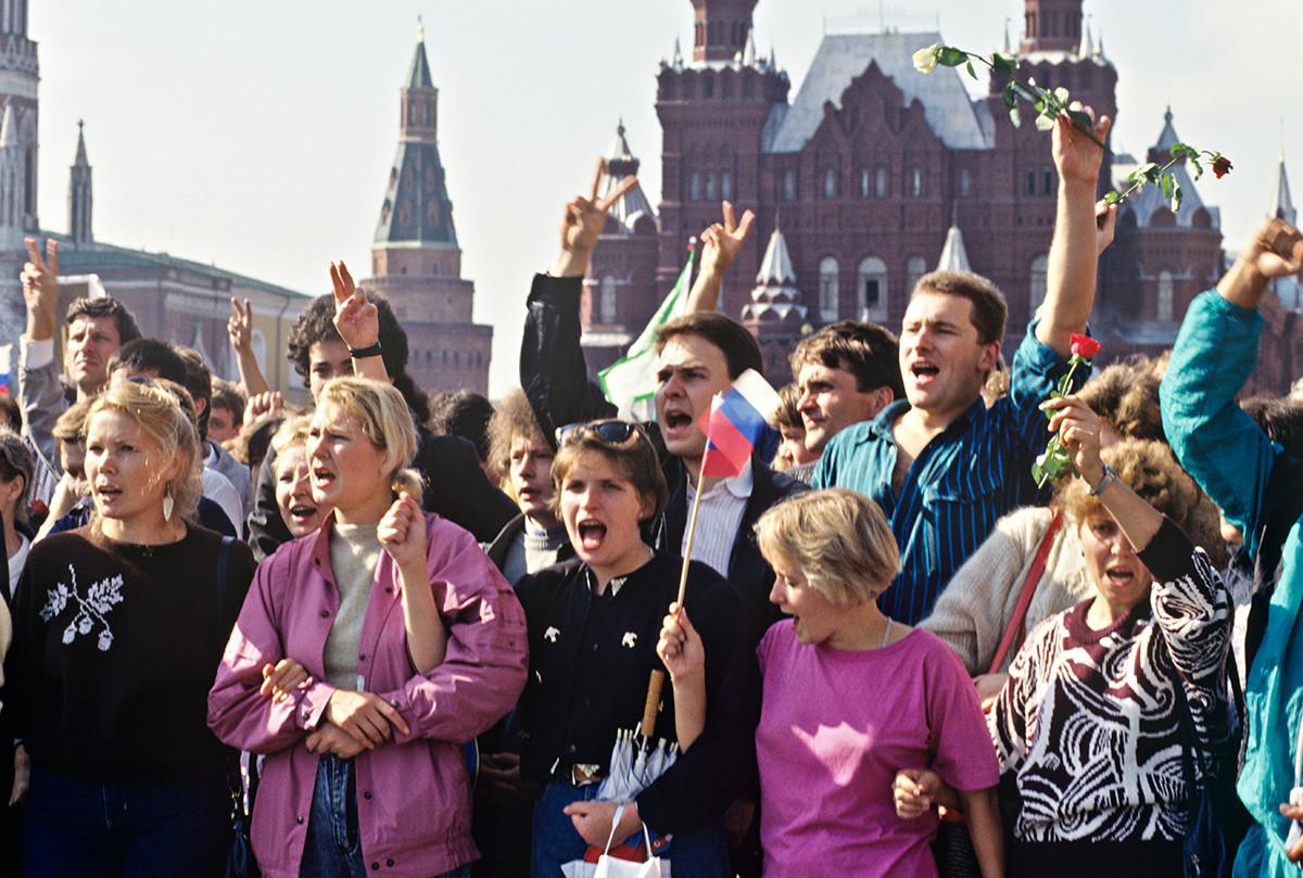 Masyarakat berkumpul di Lapangan Merah, Moskow, Agustus 1991.