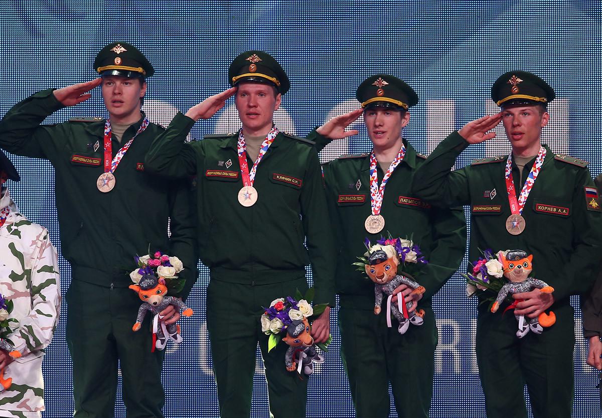 Les biathlètes Matvei Yeliseyev, Sergei Klyachin, Eduard Latypov, et Alexei Kornev (de gauche à droite), champions aux 3e Jeux mondiaux militaires d'hiver, s'étant tenus à Sotchi en 2017