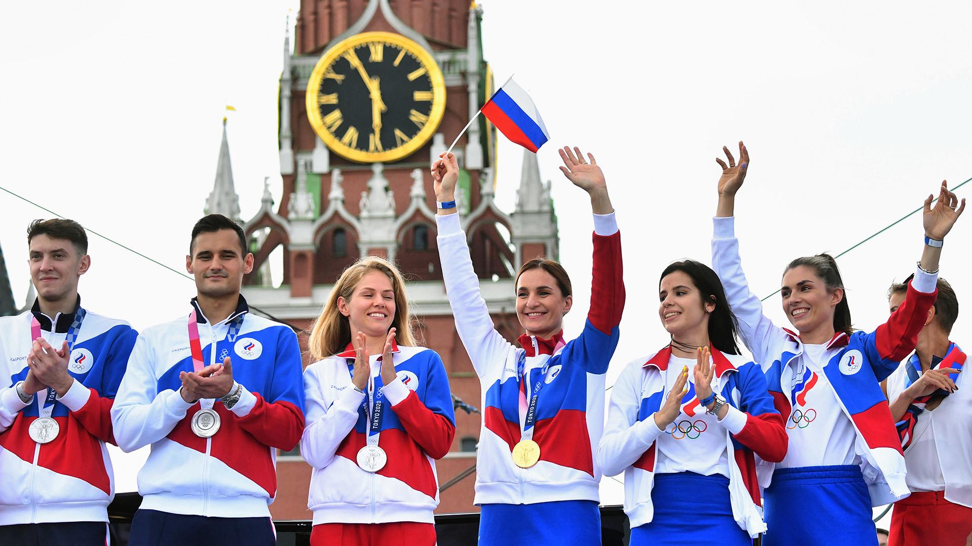 De gauche à droite: Vladislav Mylnikov (escrime), Timur Safin (escrime), Tatiana Minina (taekwondo), Sofia Velikaya (escrime), Olga Nikitina (escrime) et Sofia Pozdniakova (escrime) au concert en l'honneur des athlètes russes des JO de Tokyo donné sur la place Rouge, à Moscou