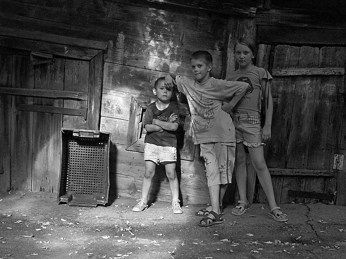 Dans une cour, 1996