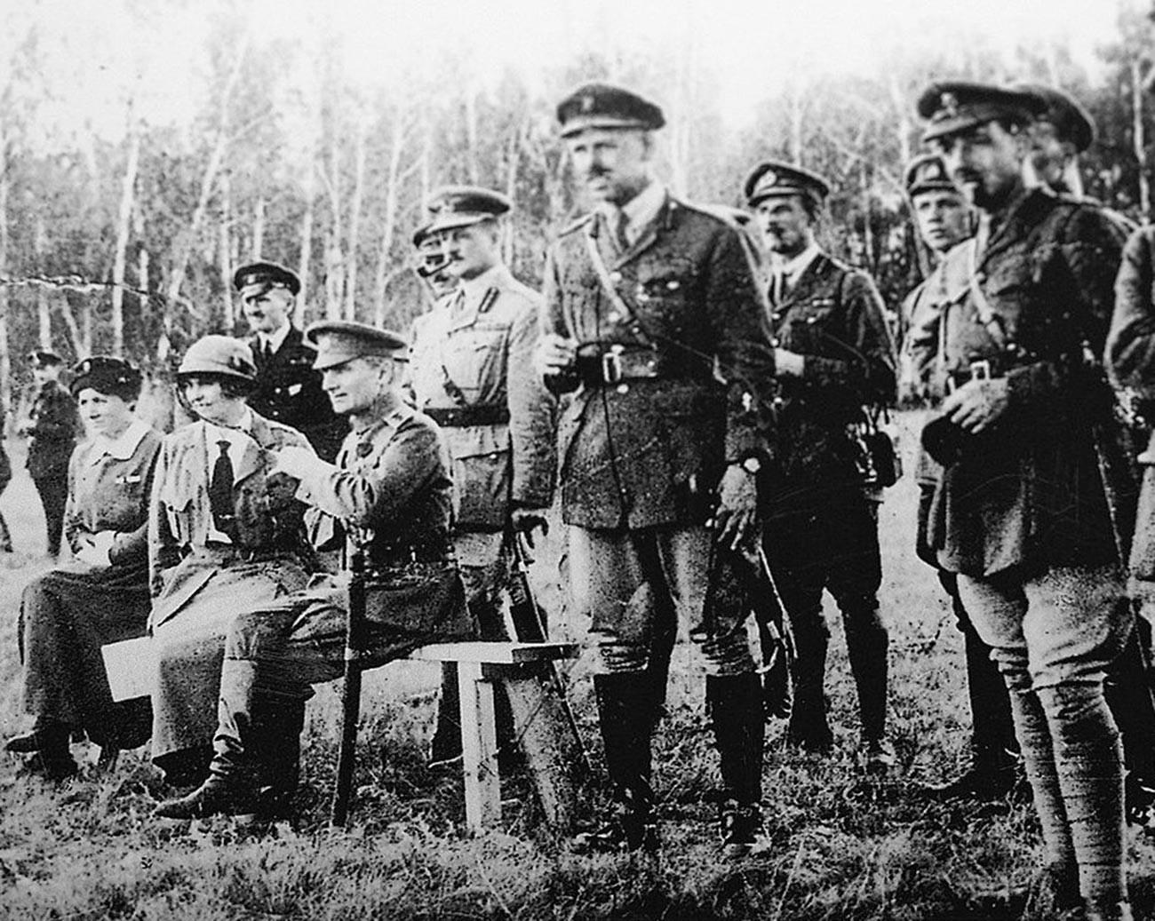 Admiral Kolčak in A. V. Timirjova (sede) s šefom britanske misije generalom A. Noxom in britanskimi častniki na vajah.
