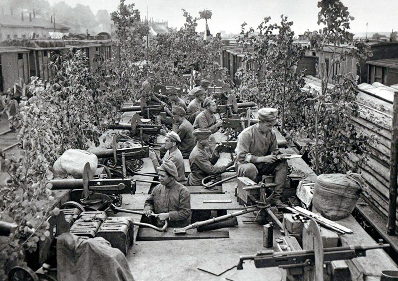 Oklepni vlak Orlik s pripadniki češkoslovaške legije. Ufa, julija 1918