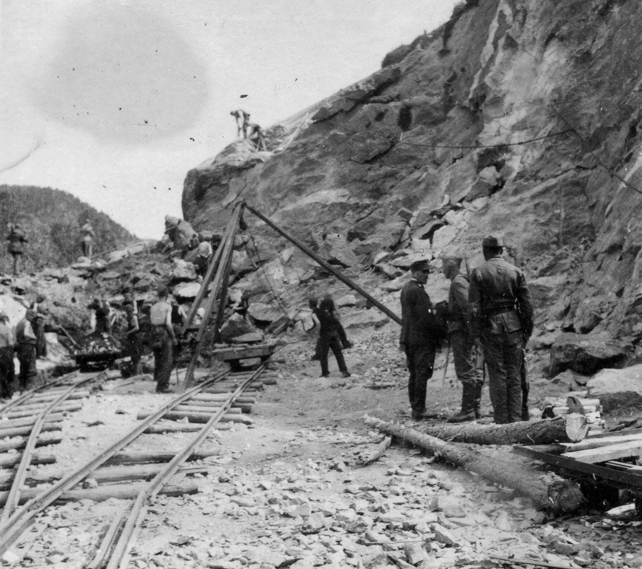 Tentara Soviet yang menjadi tawanan perang Nazi Jerman bekerja paksa membangun