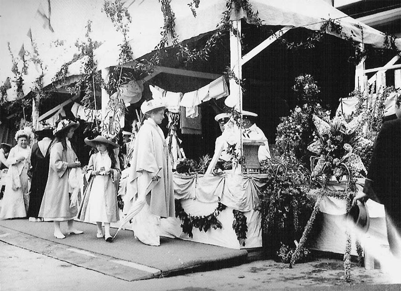 A imperatriz Alexandra Fiodorovna com suas filhas em um evento de caridade.