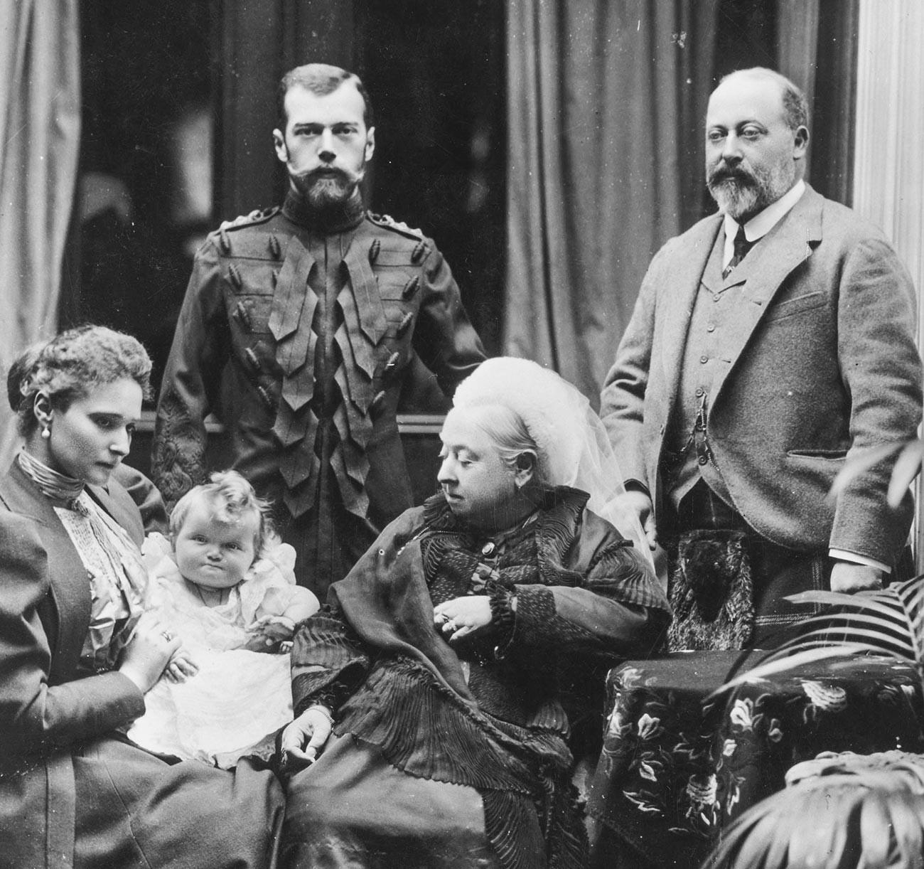 A rainha Victoria e seu filho, príncipe Edward VII (dir.), com o tsar Nicolau 2°, sua mulher Alexandra, e sua filha recém-nascida Olga.