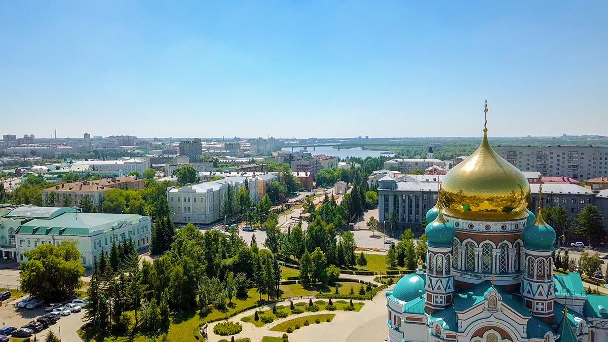 Katedral Uspenskiy dan pemandangan kota Omsk.