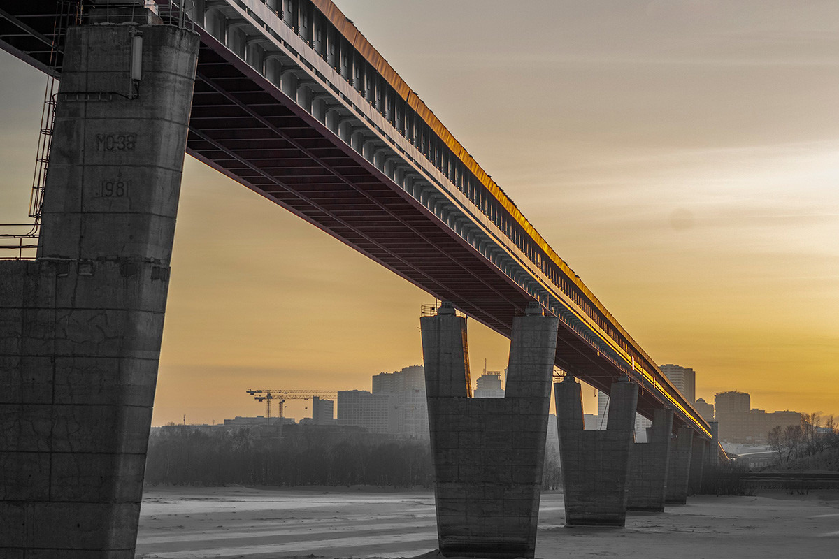 Jembatan metro Novosibirsk di atas Sungai Ob.