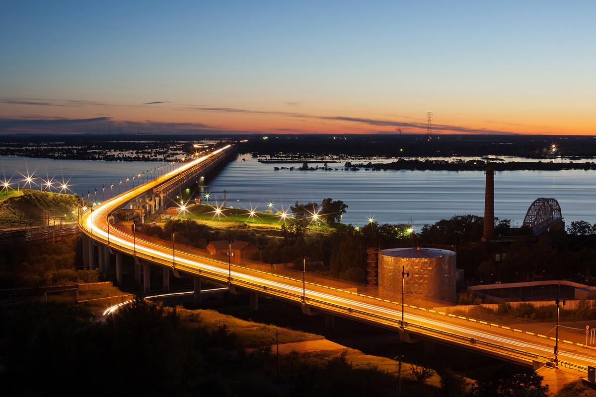 Sebuah jembatan di atas Sungai Amur di Khabarovsk